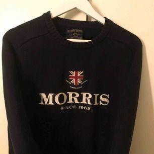 Morris Herr, stickad tjocktröja. Kan dock användas av tjej också!   Aldrig använd.   Äkta och köpt på Design Only för 1090kr