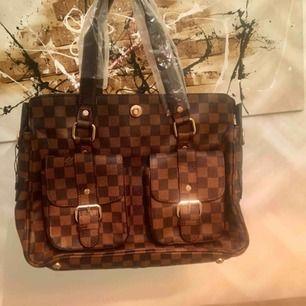 Helt ny Louis Vuitton, a kopia. Väskan ser ut exakt som en äkta bara utan serie nr.