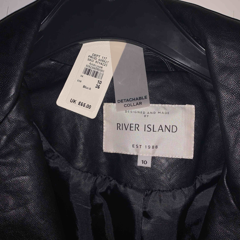 skinnjacka från river island som aldrig blivit använd. säljer den för 400kr +frakt . Jackor.