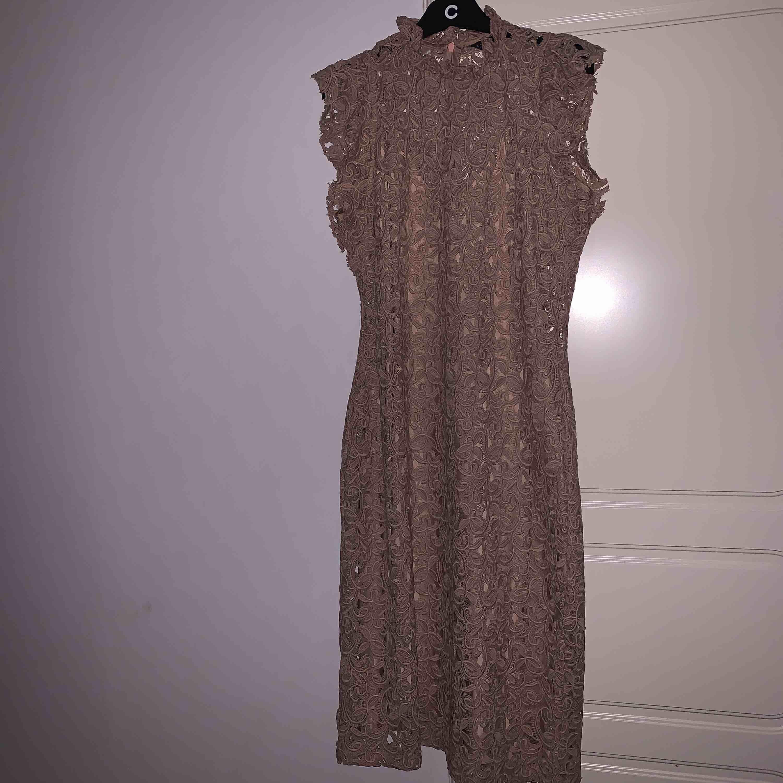 klänning från zara det är i storlek L men mer som M använt en gång. . Klänningar.