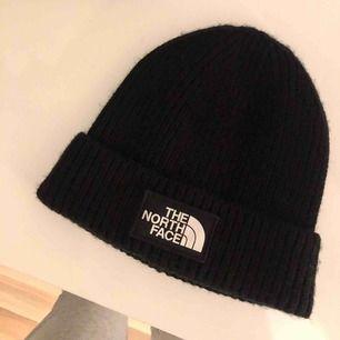 En svart the north face mössa || köpt för 299kr säljer för 150 + frakt 😇