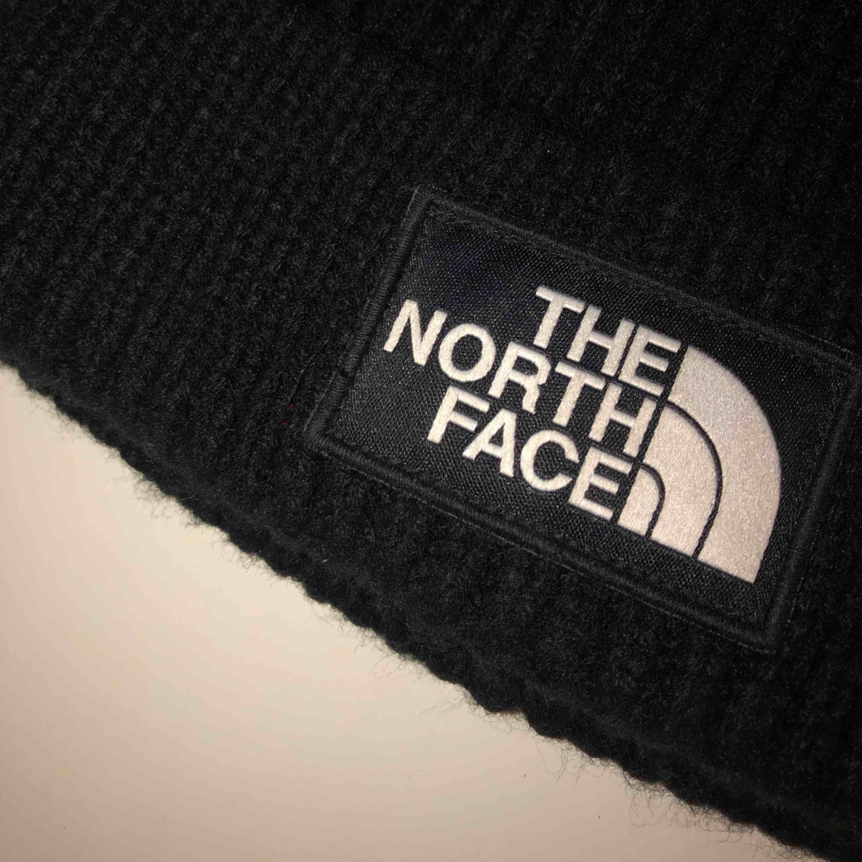 En svart the north face mössa    köpt för 299kr säljer för 150 + frakt 😇. Accessoarer.