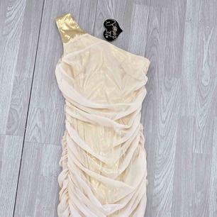 Ny kort klänning med volanger från Te Amo, storlek 38. Har fläckar bak.  Frakt kostar 42kr extra, postar med videobevis/bildbevis. Jag garanterar en snabb pålitlig affär!✨ ✖️Fraktar endast✖️