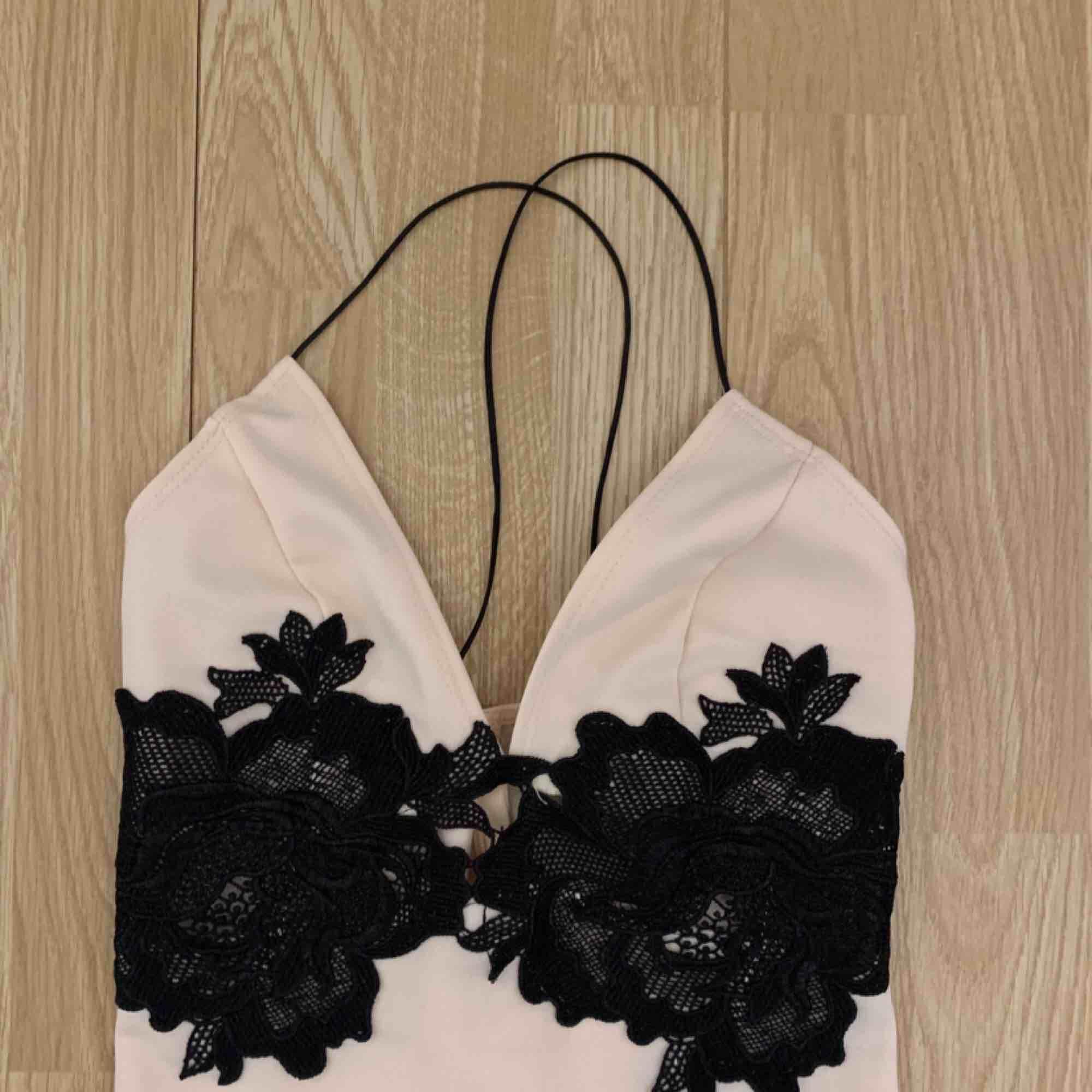 Ljusrosa kort klänning från NLY, fint skick förutom småfläckar bak.  Frakt kostar 42kr extra, postar med videobevis/bildbevis. Jag garanterar en snabb pålitlig affär!✨ ✖️Fraktar endast✖️. Klänningar.