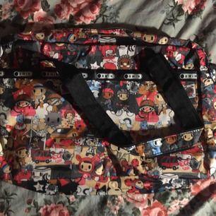 Relativt stor väska med massa små figurer på! Axelrem medföljer och väskan är helt oanvänd så den är i perfekt skick. Vid frakt står köparen för kostnaden. 💌