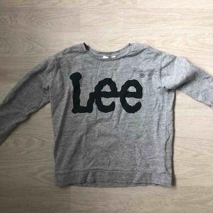 Säljer nu min Lee tröja då jag inte längre använder den. Fint skick, det svarta i tyget ska vara så, dvs ings fläckar eller smuts. Sparsamt använd och sönt att ha på sig.