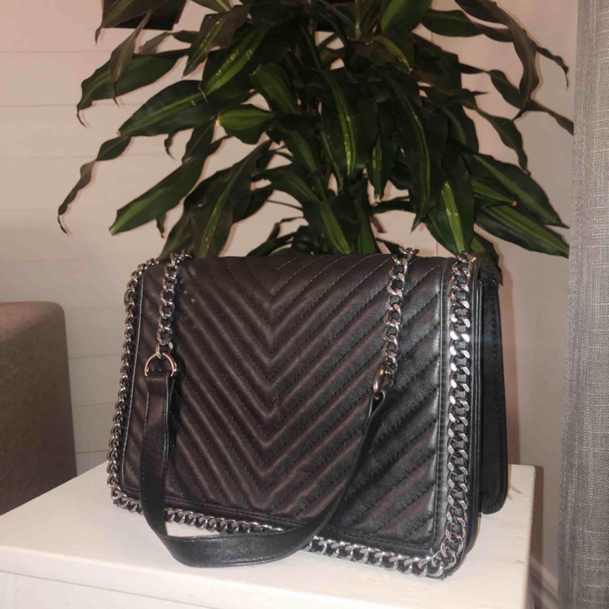 Liten väska som aldrig kommer till användning.   Långt axelband. Köparen står för frakt!✨. Väskor.
