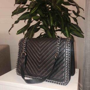 Liten väska som aldrig kommer till användning.   Långt axelband. Köparen står för frakt!✨