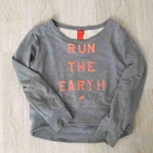 Säljer nu min tröja från Nike. Perfekt att ha under jacka när man är ute och springer eller bara ha som träningströja. Tjockare material så man håller sig varm.