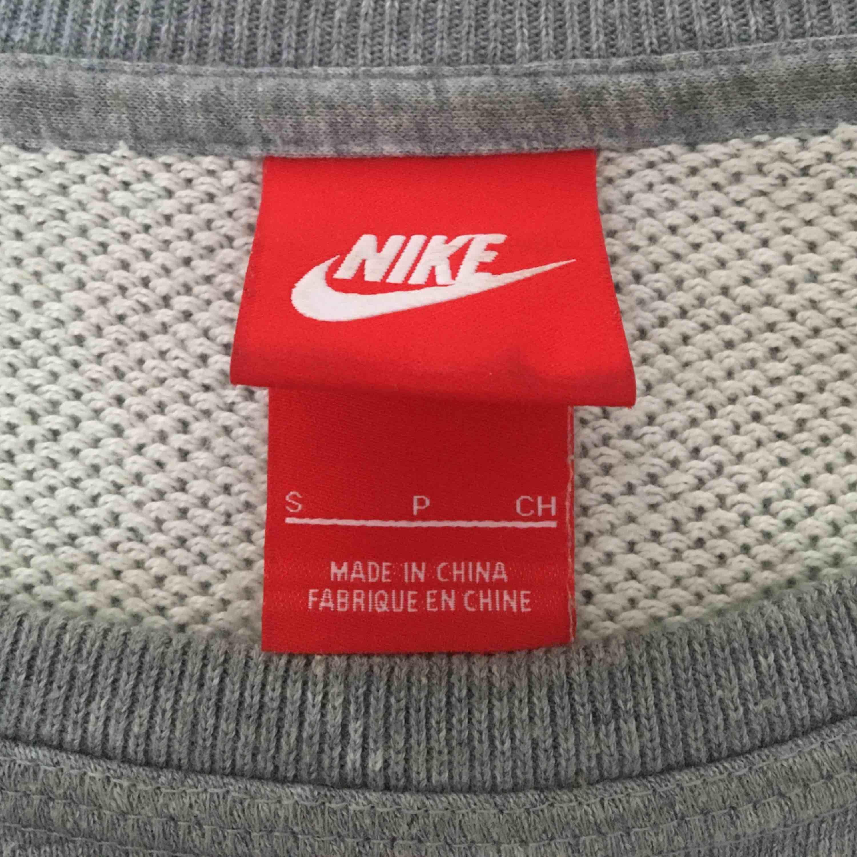 Säljer nu min tröja från Nike. Perfekt att ha under jacka när man är ute och springer eller bara ha som träningströja. Tjockare material så man håller sig varm.. Huvtröjor & Träningströjor.