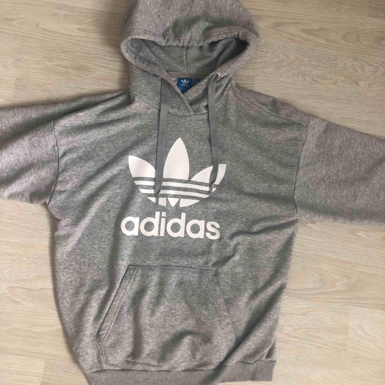 Adidas hoodie i storlek S men oversized modell. Mysig och bekväm. . Huvtröjor & Träningströjor.