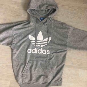 Adidas hoodie i storlek S men oversized modell. Mysig och bekväm.
