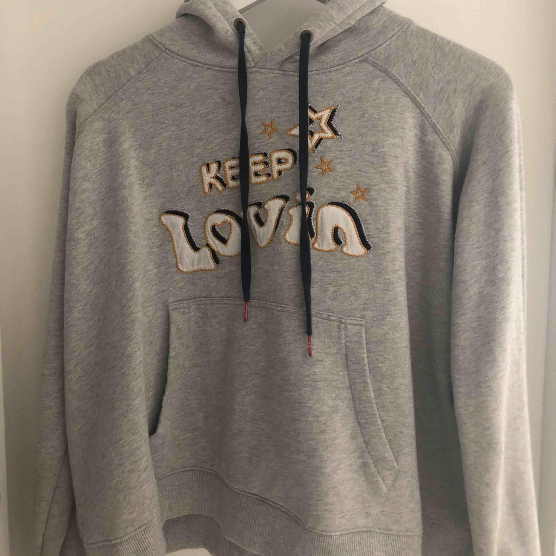 Oanvänd Tommy Hilfiger hoodie med design sammarbete av Gigi Hadid. Inköpt in 2016 i Tommy Hilfiger affär i Göteborg, nypris 1300:-. Wide modell. Som sagt oanvänd så fint skick (som ny).. Huvtröjor & Träningströjor.
