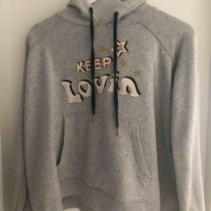 Oanvänd Tommy Hilfiger hoodie med design sammarbete av Gigi Hadid. Inköpt in 2016 i Tommy Hilfiger affär i Göteborg, nypris 1300:-. Wide modell. Som sagt oanvänd så fint skick (som ny).