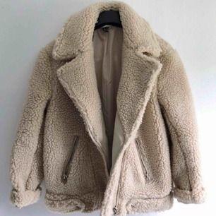 Så gosig teddy jacka!! Perfekt nu till hösten/vintern. Köpt förra året, knappt använd. Köparen står för frakt!✨
