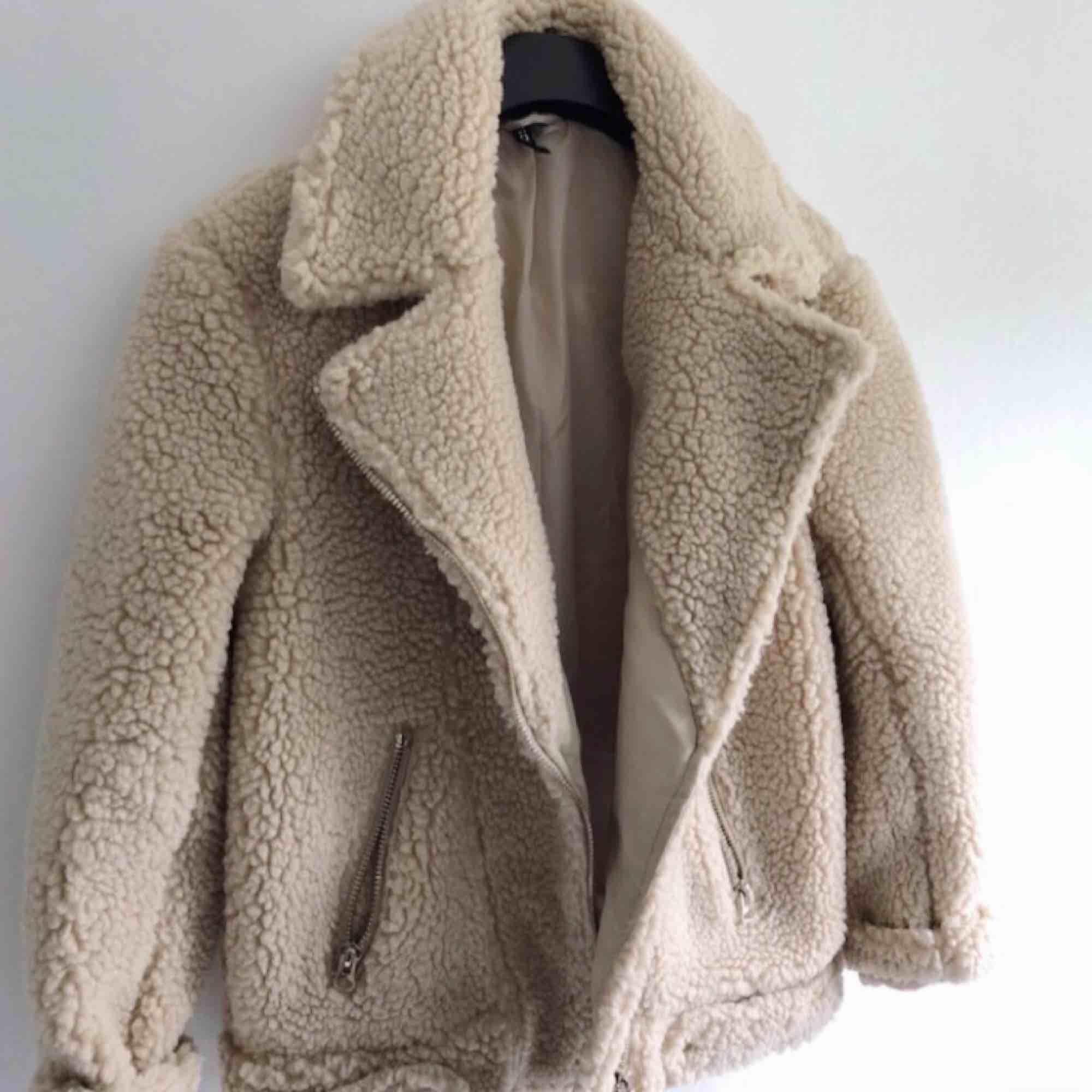 Så gosig teddy jacka!! Perfekt nu till hösten/vintern. Köpt förra året, knappt använd. Köparen står för frakt!✨. Jackor.