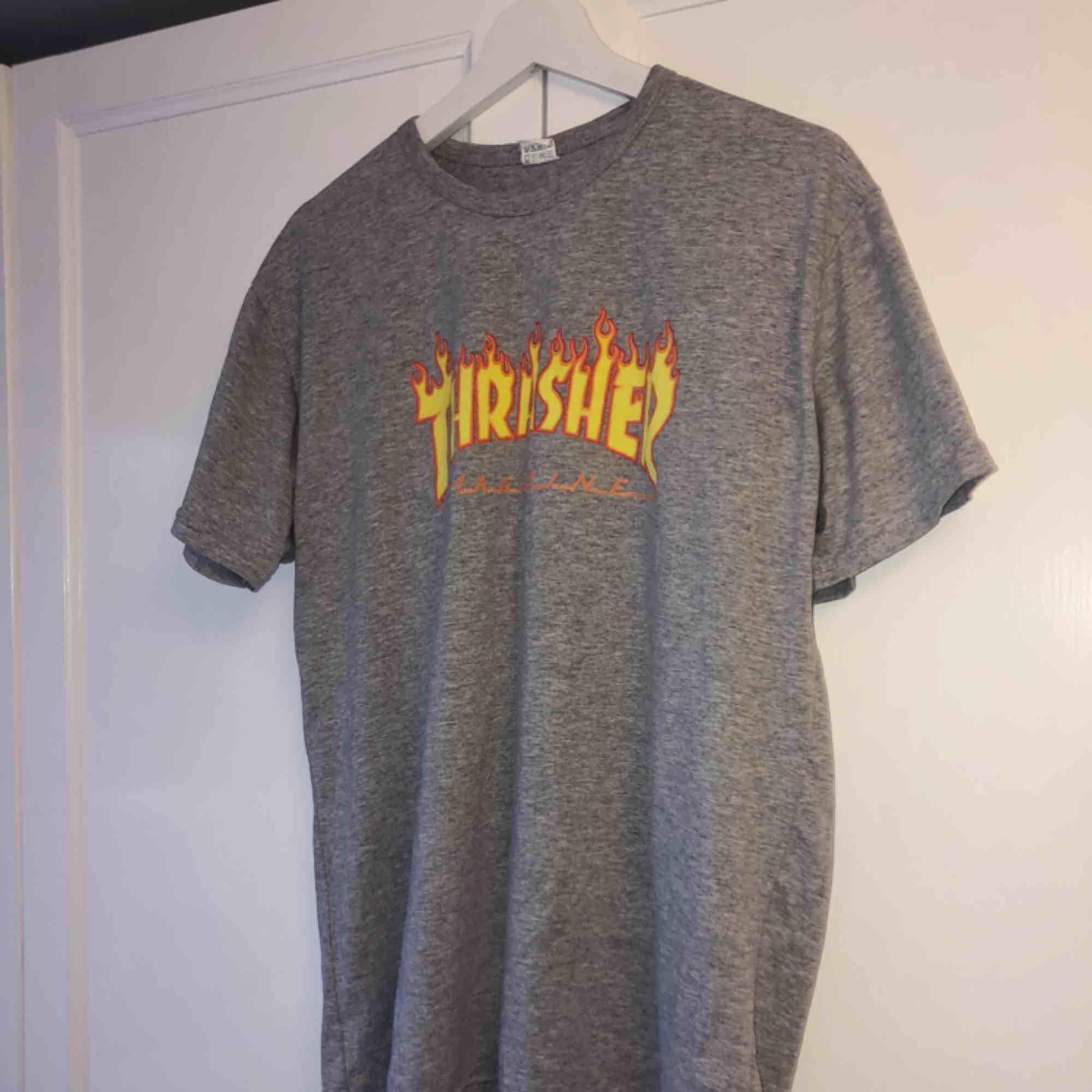 Fake Thrasher tröja, köpt utomlands. Köparen står för frakt!✨. T-shirts.