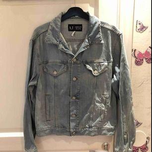 Jag Sälje en jättefin jeans jacka från Armani i storlek 38. Använd fåtal gånger. Inga hål eller slitningar