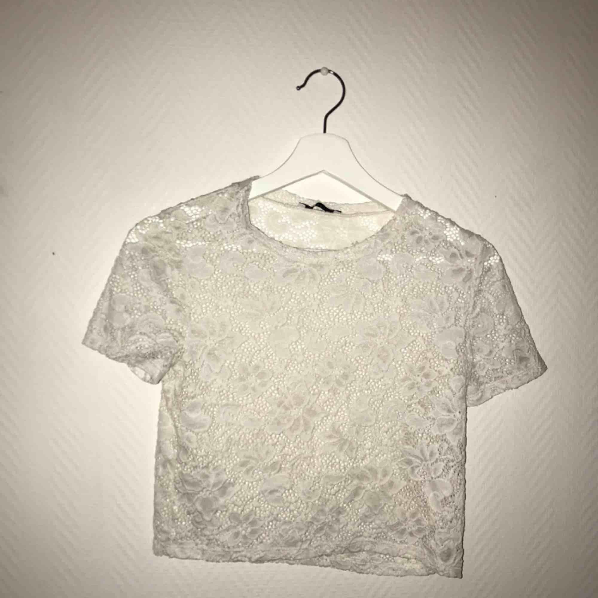 Genomskinlig. Köparen står för frakt. T-shirts.