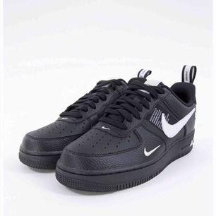 Säljer nu mina älskade Nike air force utility, pågrund av att dom tyvärr inte kommer till användning längre. Originalpriset ligger ungefär på 1000kr. Skitcoola skor som passar till allt. Kan mötas upp i Sthlm eller frakta (ingår ej i priset).