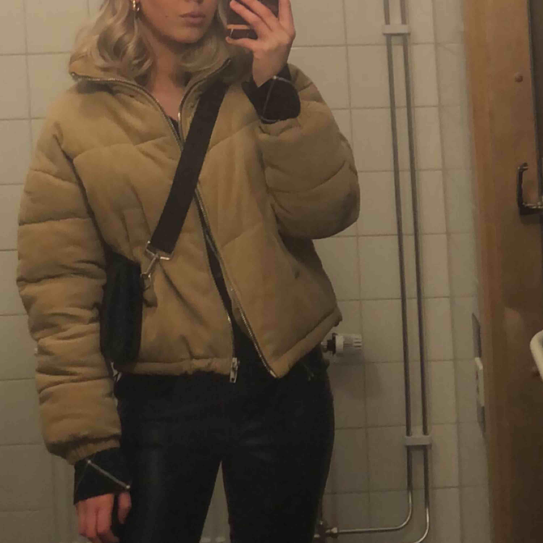 Täckjacka från berhska, passar bra nu till vintern och hösten. Väldigt bekväm jacka. Storlek xs/s 🥰. Jackor.