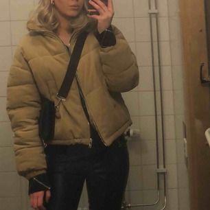 Täckjacka från berhska, passar bra nu till vintern och hösten. Väldigt bekväm jacka. Storlek xs/s 🥰