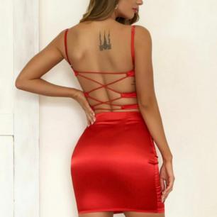 Säljer exakt den här klänningen och passar exakt samma som på bilden☺️ satin material. Man ritar själv bakom så den passar alla brösten👍.  Frakt är inräknat i priset 🌸. Annars kan mötas upp i Lund.