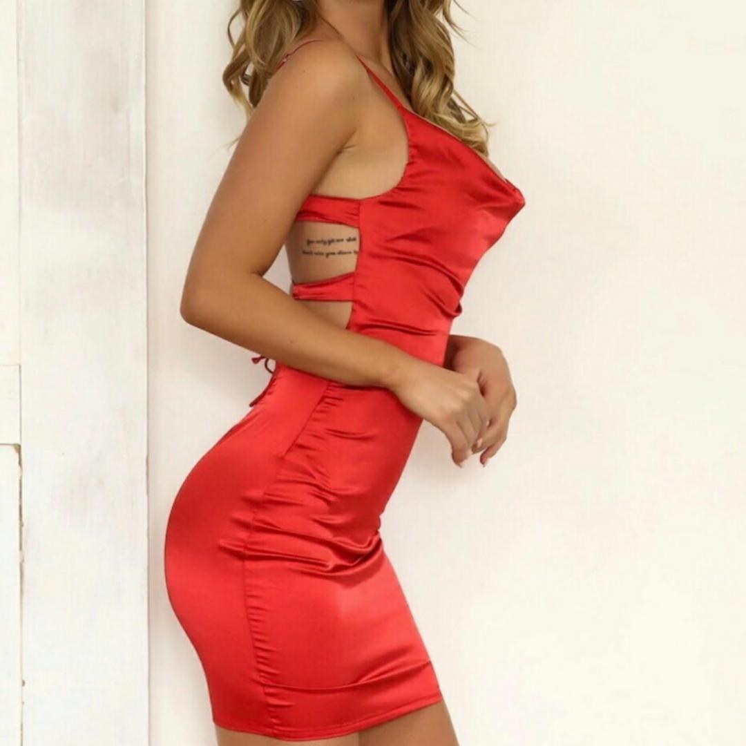 Säljer exakt den här klänningen och passar exakt samma som på bilden☺️ satin material. Man ritar själv bakom så den passar alla brösten👍.  Frakt är inräknat i priset 🌸. Annars kan mötas upp i Lund. . Klänningar.