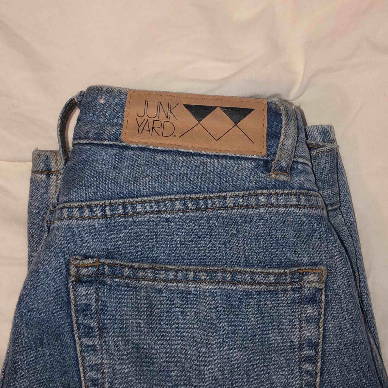 Älskade favoritjeans till salu för att jag behöver pengar )'; Köpta från Junkyard i somras för 500kr, slutsålda nu. Inga defekter, hål eller fläckar. Verkligen superfina och passar till alla plagg. . Jeans & Byxor.