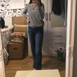 Coola mom jeans i nice material och passar till många plagg, köpta på Junkyard i somras för 500kr. Sålda nu tyvärr ): Frakt kostar 69kr men kan betala hälften om snabb affär, möts upp centrala Göteborg 💞