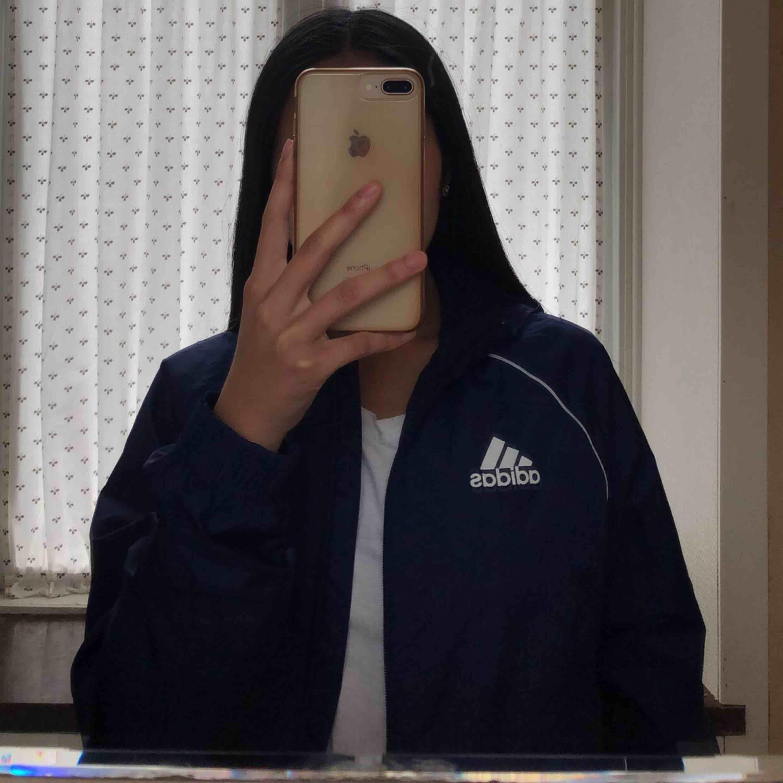 SKITCOOL vindjacka från Adidas. Älskar den här vindjackan så mycket, den är praktisk och skön! Inga defekter alls! Passar storlekar upp till M. Ber om ursäkt för bara en bild, kom du för mer <3. Jackor.