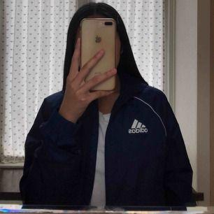 SKITCOOL vindjacka från Adidas. Älskar den här vindjackan så mycket, den är praktisk och skön! Inga defekter alls! Passar storlekar upp till M. Ber om ursäkt för bara en bild, kom du för mer <3