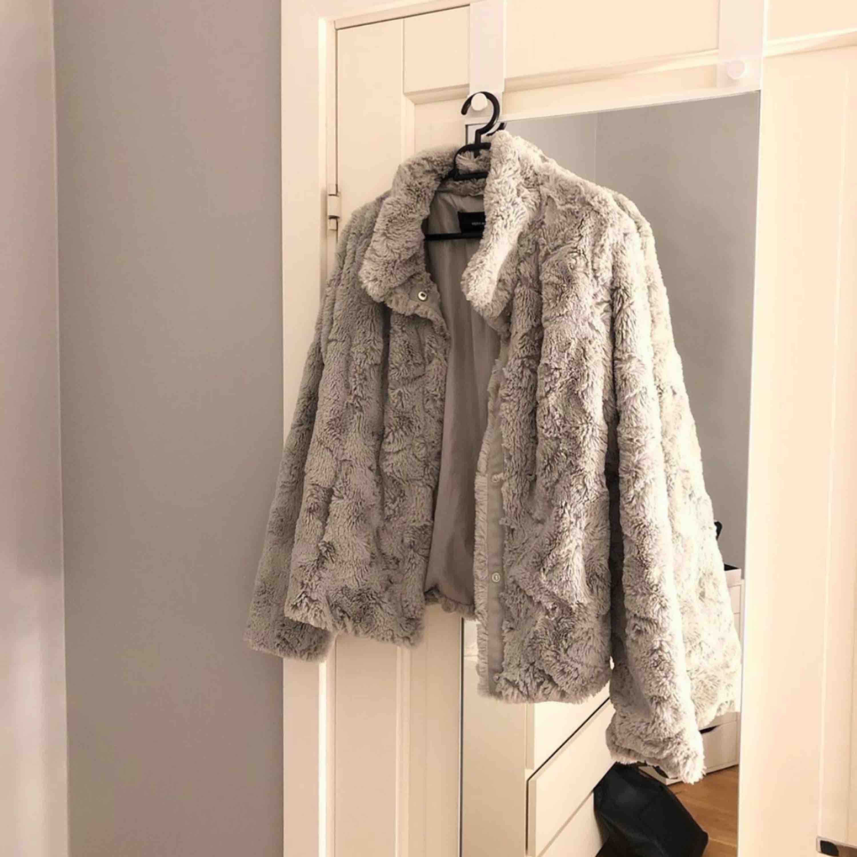 Superfin grå jacka i storlek M men skulle säga att den även passar S. Använd max 5 gånger och är köpt för 399 men säljer  💕⚡️ Köpare står för frakten men kan även mötas upp i Linköping :). Jackor.