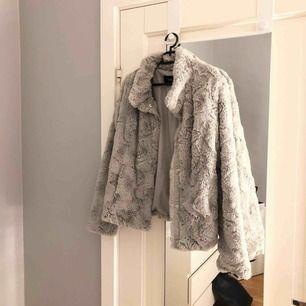 Superfin grå jacka i storlek M men skulle säga att den även passar S. Använd max 5 gånger och är köpt för 399 men säljer  💕⚡️ Köpare står för frakten men kan även mötas upp i Linköping :)