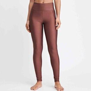 Filippa k glossy seam leggings storlek M. Använda en gång. Färg som på bild. Så sköna och bra kvalite. Frakt ingår.