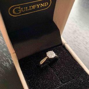 Säljer min oanvänd endast testad vitguld ring storlek 15 köp i början av juni. fick 25% på sin ordinarie pris på 8998 nypris hos guldfynd idag är 8998.Testar men råkade repa lite när jag provade den bredvid min andra ring, men knapp syns. endast swish.