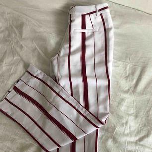Vita kostymbyxor med röda ränder från Banana Republic i storlek 2- 42,95cm. Helt oanvända då storleken inte passade så de har inga fläckar eller spår av smuts/slitage!  Köpare betalar för frakt🥰