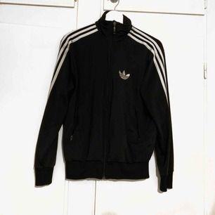 Äkta Adidas tröja, säljer då den aldrig kommer till användning, finns i Trollhättan men kan också fraktas 🌻