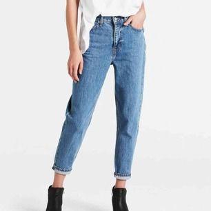 Levi's mom jeans i storlek 27. Sparsamt använda och har inga synliga slitningar. Högmidjade och lösa i benen. Originalpris 1099  Köpare står för frakt, kan även mötas upp i Norrköping eller Linköping