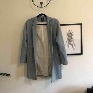 Ljusblå jättefin kappa som tyvärr inte kommit till användning. Använd cirka 3-5 gånger och i fint skick. Vid frågor är det bara skriva ett meddelande😊