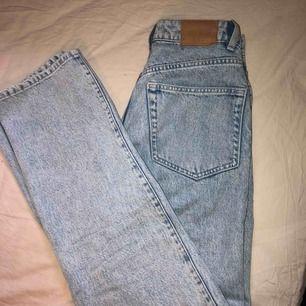Jeans från weekday. Modell row, storlek 24/30. Använda ett fåtal gånger. Köparen står för frakt.