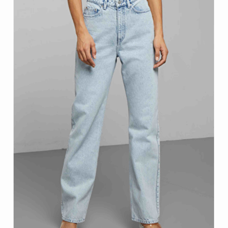 Jeans från weekday. Modell row, storlek 24/30. Använda ett fåtal gånger. Köparen står för frakt. . Jeans & Byxor.