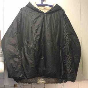 En varm och fin jacka ifrån Our Legacy som har 2 sidor en vanilj färgad och en svart!den  kostar 4500kr ny men säljer den för 1500kr för att den har ett pyttelitet färgstänk på svarta sidan och saknar snöret i luvan!