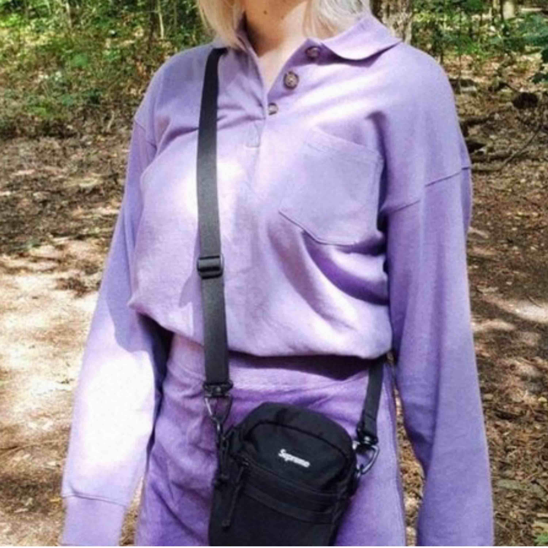 Lila tröja från Monki. Aldrig använd. Storlek XS. Köparen står för frakt. . Tröjor & Koftor.