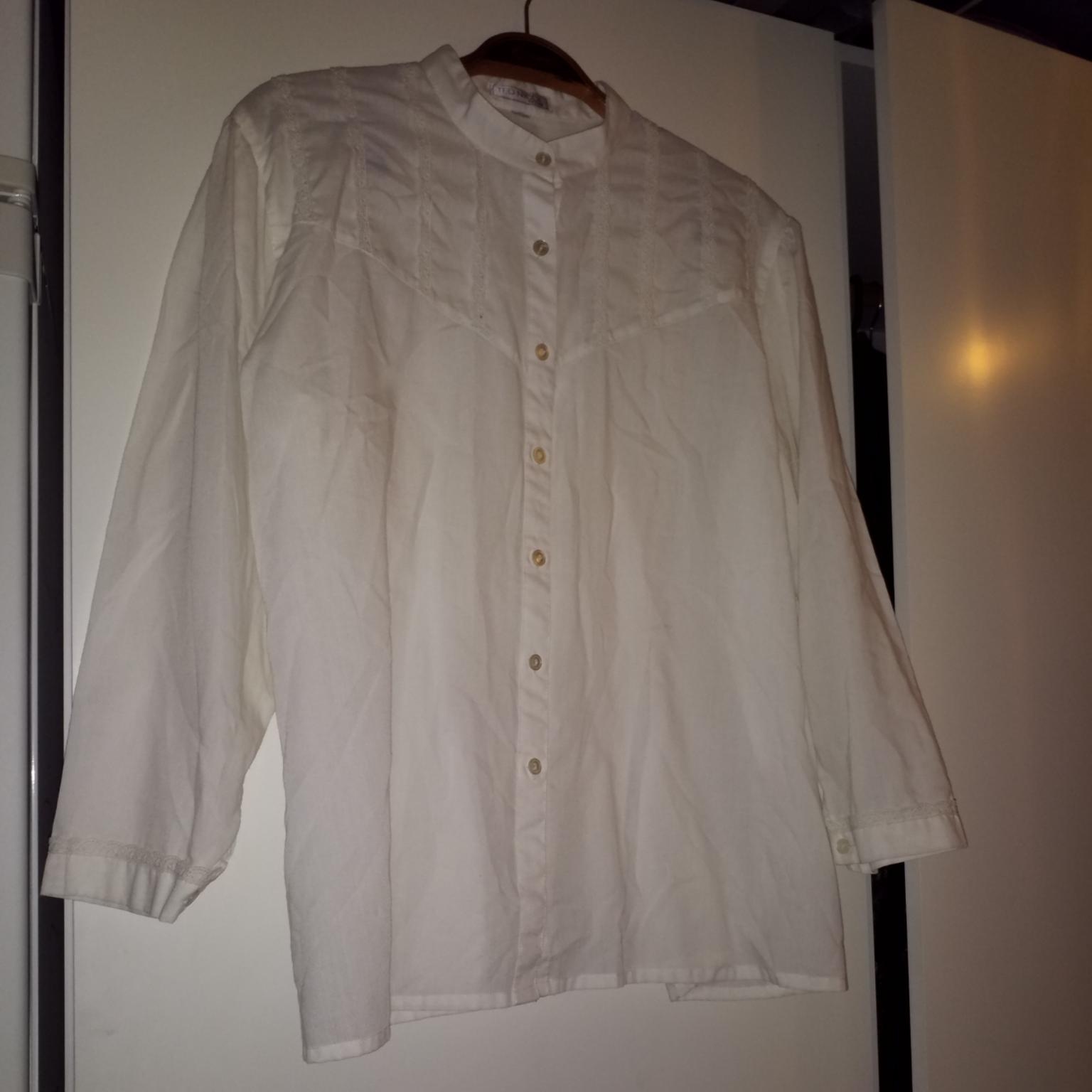 Vit halvtransparent skjorta med fina detaljer. Märkt med storlek 44 men passar mindre . Skjortor.