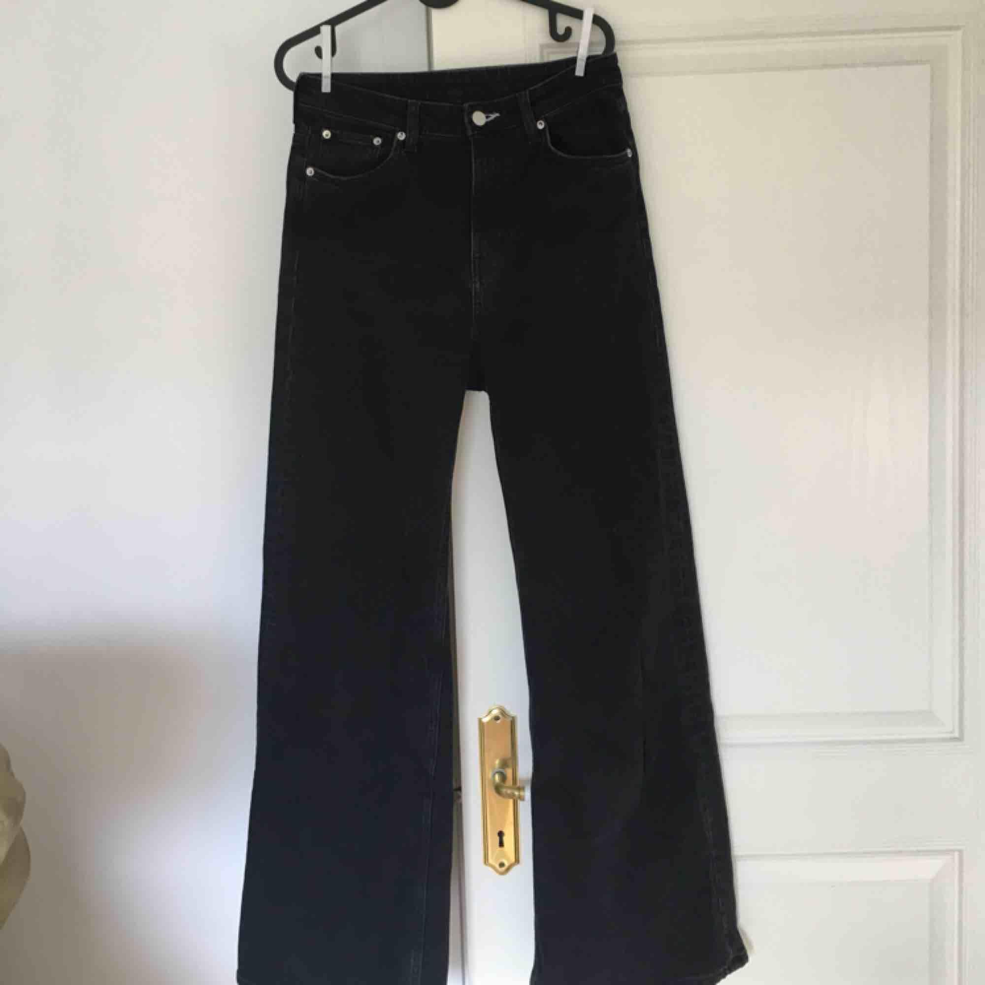 Svarta Ace jeans från weekday! Köparen står för frakt :D Möts gärna upp i Malmö . Jeans & Byxor.