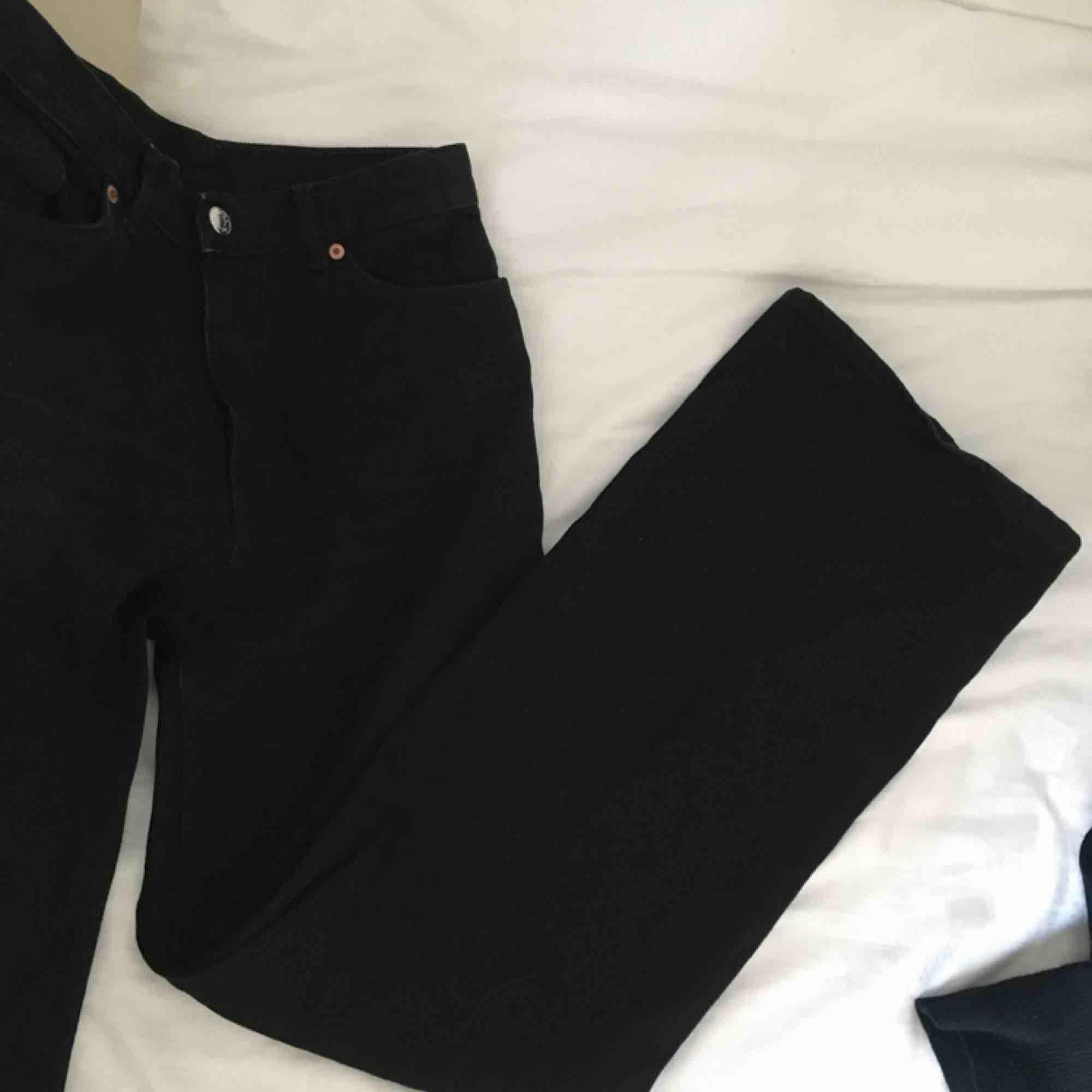 Svarta Yoko jeans från Monki!! Köparen står för frakt :D Möts gärna upp i Malmö . Jeans & Byxor.
