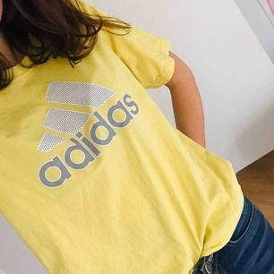 Gul adidas t-shirt. Tar swish!