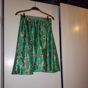 Medellång vintagekjol med knapp och dragkedja i midjan