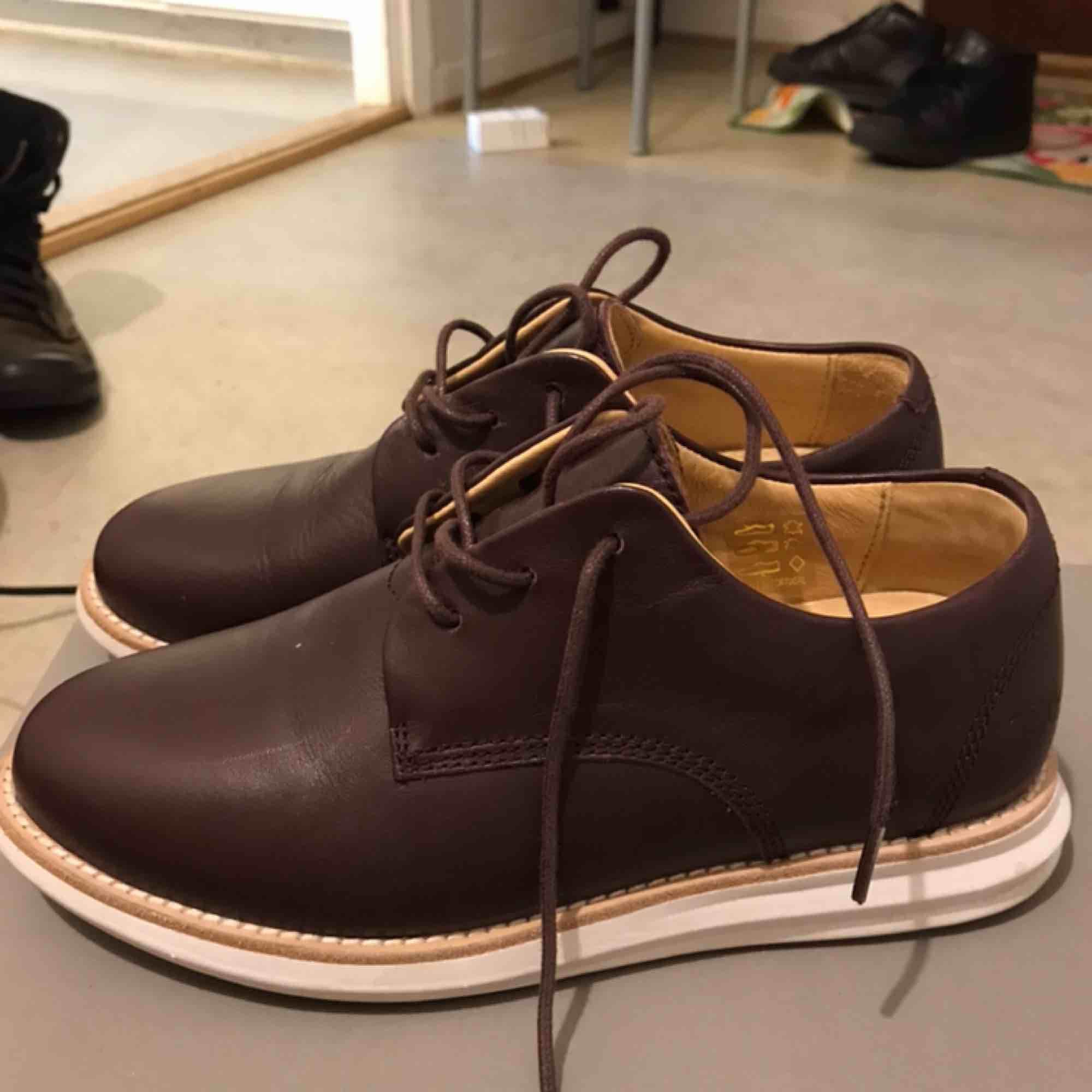 Skor från gram bordeaux leather använda fåtal gånger Finns kartong till. Skor.